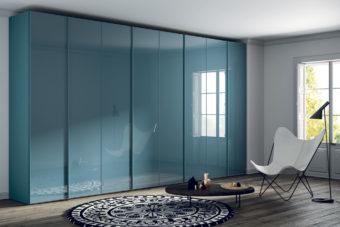 Armario con puertas batientes con frentes con cristal color Agua Marina