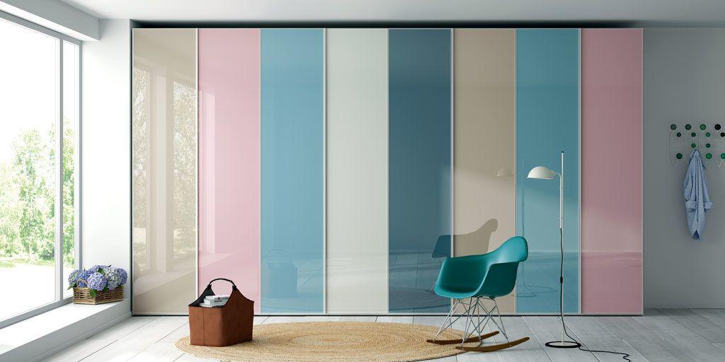 Armario de puertas batientes con frentes con cristal de colores