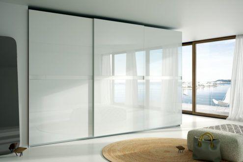 armario con las puertas correderas con los frentes con cristal