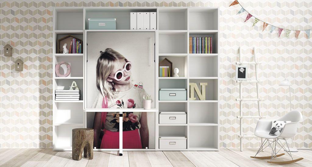 Composición con cama abatible vertical con mesa estudio y con predominio del color blanco