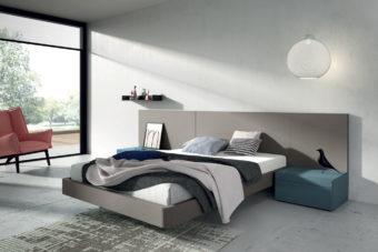 Dormitorio de matrimonio con el cabecero liso en color Titanio