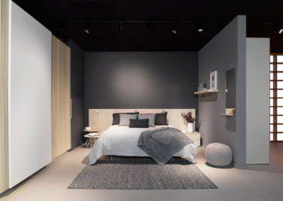 Dormitorio con el cabecero AV con armario de tres puertas correderas