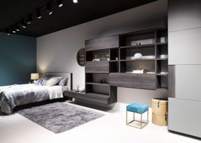 Dormitorio con el cabecero tapizado junto a módulos Airbox