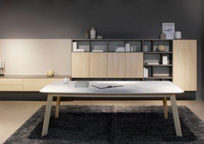 Salón moderno con mesa con sobre porcelánico